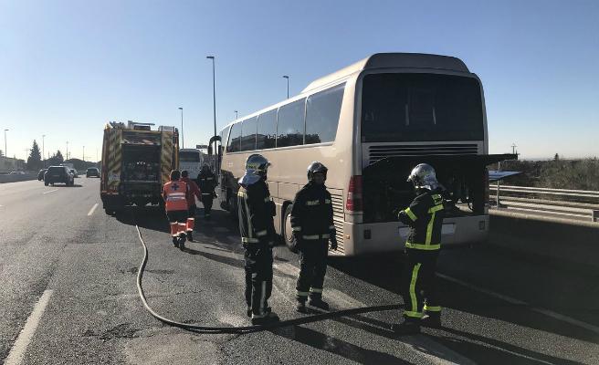 Un autobús escolar crema en plena A-6 amb 46 nens dins