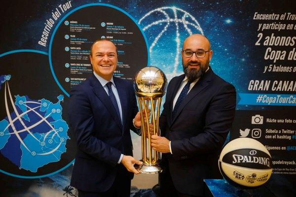 El alcalde Augusto Hidalgo da la bienvenida en las Oficinas Municipales a la Copa del Rey de baloncesto