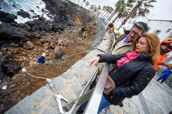 Los trabajos para asegurar la ladera en la que ayer se produjo el derrumbe seguían ayer y hoy
