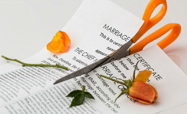 Es divorcia, després de 40 dies de matrimoni, per la gasiveria del seu marit