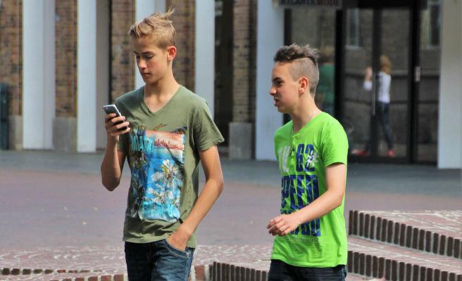 Una ciutat de Califòrnia prohibeix enviar missatges de text mentre es creua el carrer