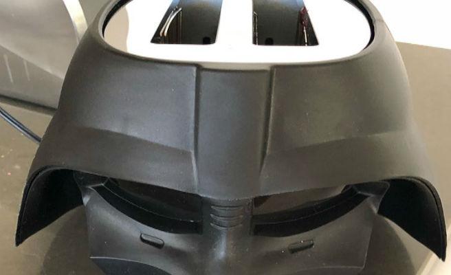 Sale a la venta una tostadora con la forma del casco de Darth Vader