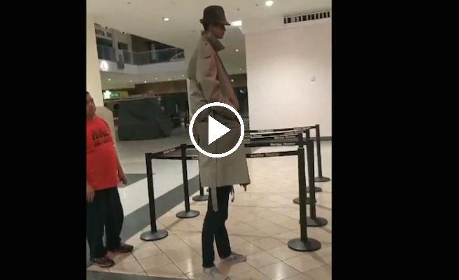 Dos niños emplean un 'viejo truco' para pagar una única entrada de cine