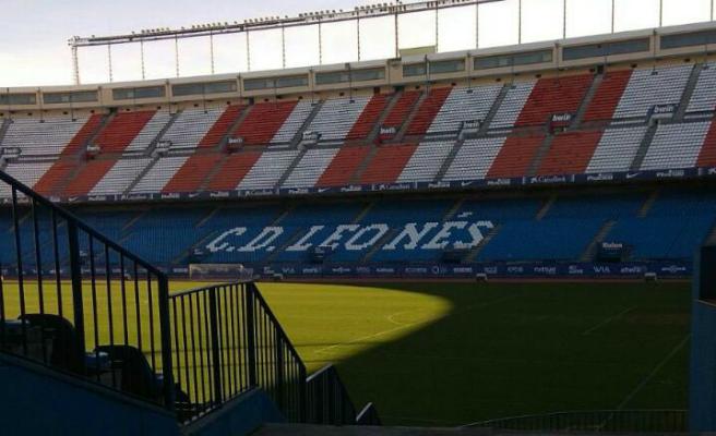 Enrique Cerezo sustituye 'Atlético de Madrid' por 'C.D. Leonés' en las gradas del Calderón
