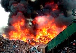 Controlado el incendio de la Cartuja, pero seguirá activo hasta el mediodía de hoy