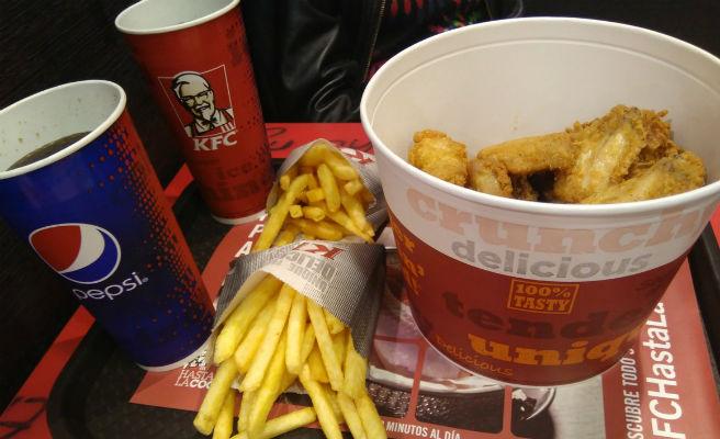 Después de la falta de pollo, este es el nuevo problema que tiene KFC
