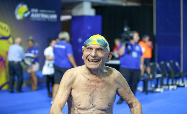 Nadador de 99 años bate el récord mundial de estilo libre