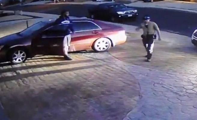 Un joven se disfraza de policía, inspecciona a la gente y se mete en sus casas