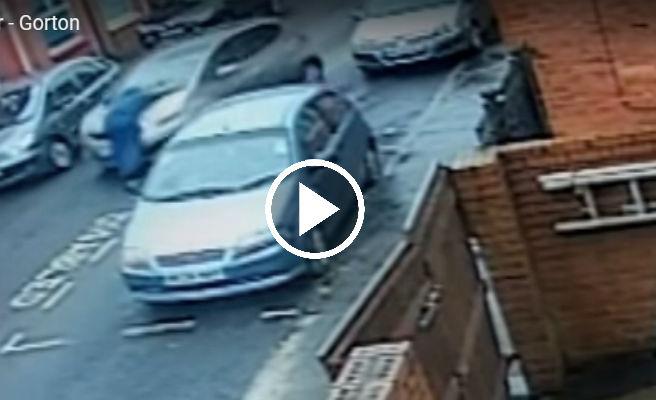 Atropella a un anciano y se fuga con el hombre colgado en el capó