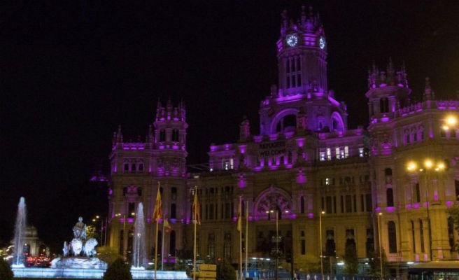 El Palacio y la fuente de Cibeles se iluminan hoy de morado y negro por la visibilidad lésbica