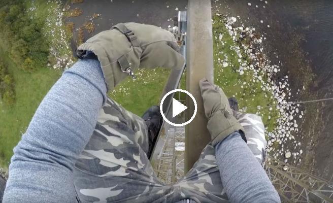El vertiginoso descenso, a pulso, y sin arnés, por un cable a más de 100 metros de altura
