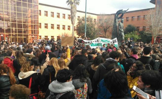 Cientos de estudiantes de la URJC piden la dimisión de Cifuentes en Vicálvaro