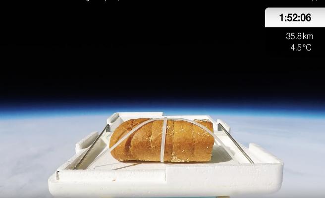 Lanza media barra pan de ajo al espacio y se lo come cuando regresa a la tierra