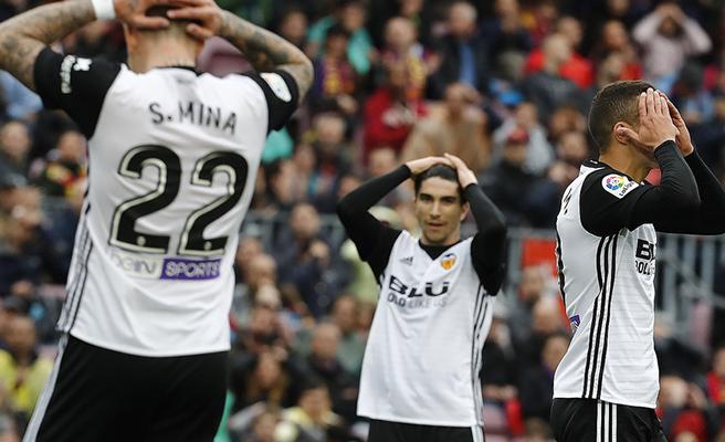 El Valencia pierde el partido y el acierto ante el Barça (2-1)