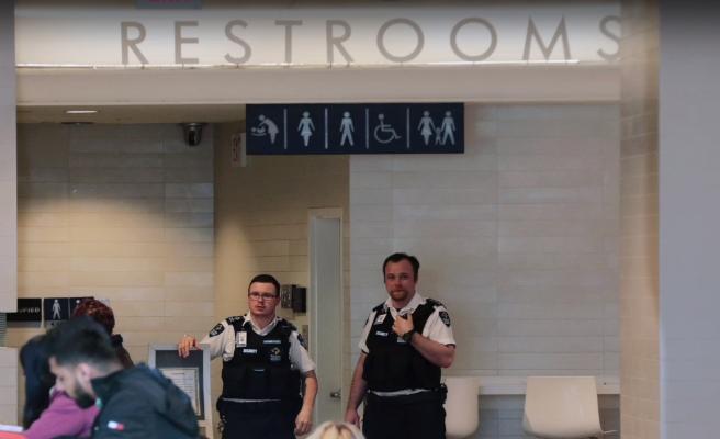 Encuentran el cadáver de un joven atrapado la pared de un baño para mujeres en un centro comercial