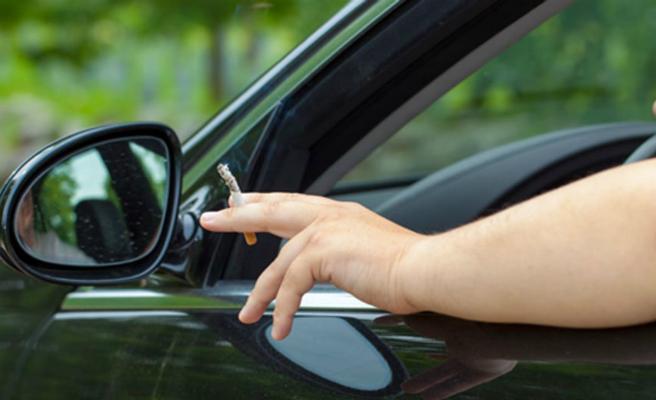El Consejo de Enfermería insta al Gobierno y a la DGT a prohibir fumar en los coches