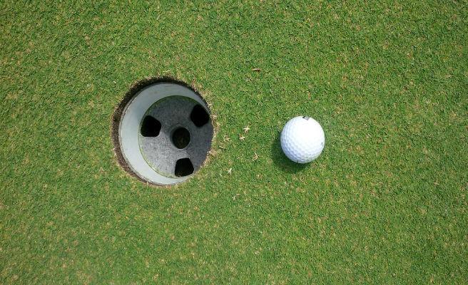 Consigue su primer hoyo en uno a los 94 años y tras pasar más de 70 jugando al golf. Era su último partido