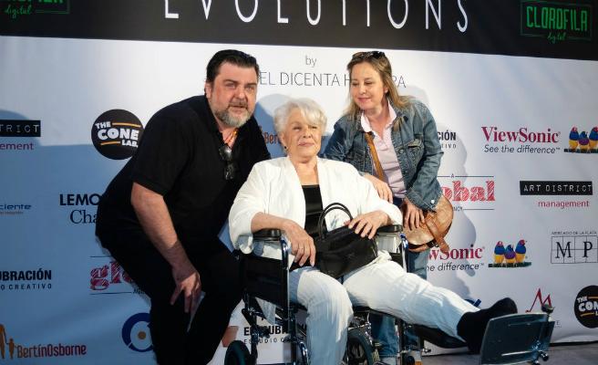 Lola Herrera protagonista con su silla de ruedas en la exposición 'Evolutions' de su hijo