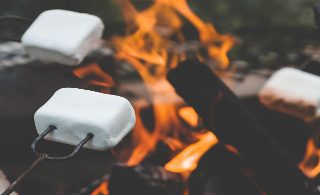 Las autoridades hawainas piden a la población que no cocinen 'marshmallows' en la lava del volcán