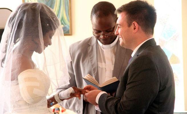 Una mujer se casa pese a que un cocodrilo le arrancase un brazo el día anterior a su boda