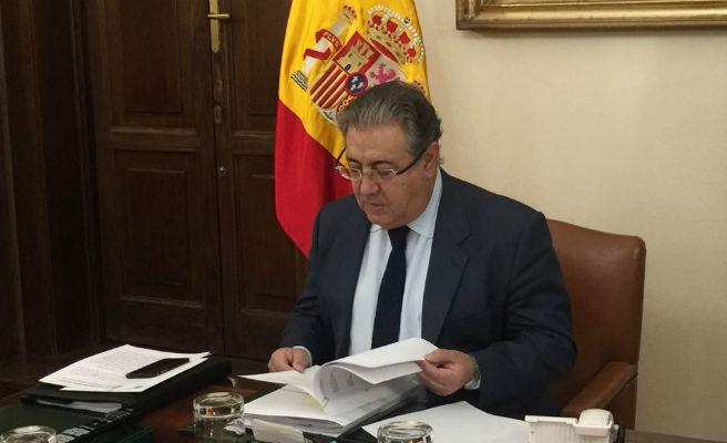 """Zoido interpreta que los grupos han acudido """"con una opinión ya formada"""" para destituir a Rajoy"""