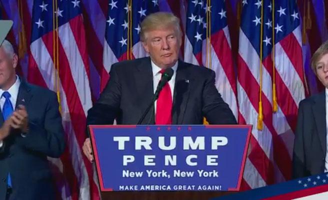 Trump olvida la letra del 'God Bless America' durante un acto oficial