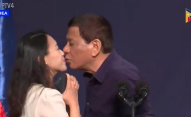 El polémico beso forzado del presidente de Filipinas a una mujer