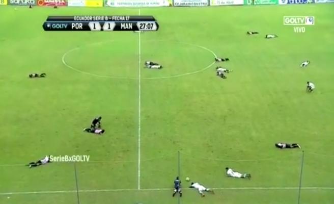 ¡Todos al suelo! Un partido de fútbol se suspende por una invasión de abejas