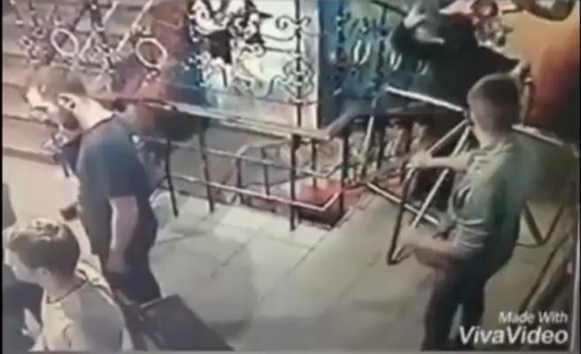 Lanza una granada de mano en el interior de una discoteca