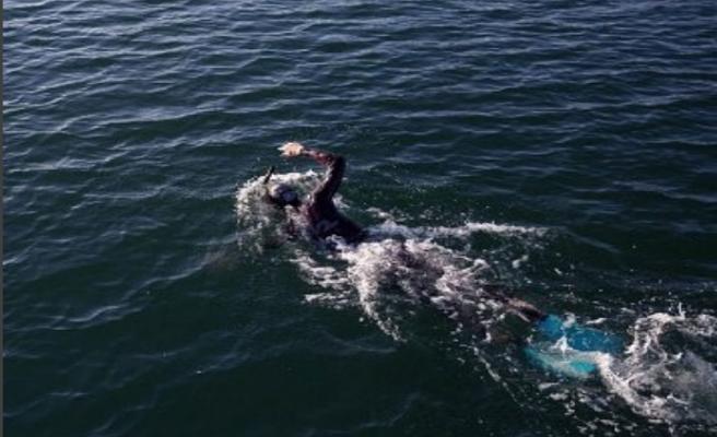 Un nadador se dispone a cruzar el Océano Pacífico, desde Japón a EE.UU.
