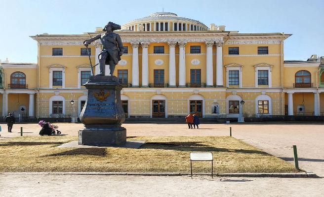 Irrumpe borracho en un palacio museo, pasa la noche en la habitación de una emperatriz rusa y roba una obra de arte