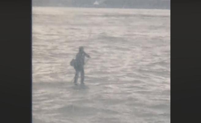 Atraviesa el río Hudson en traje y sobre una tabla de surf para llegar a tiempo a una entrevista de trabajo