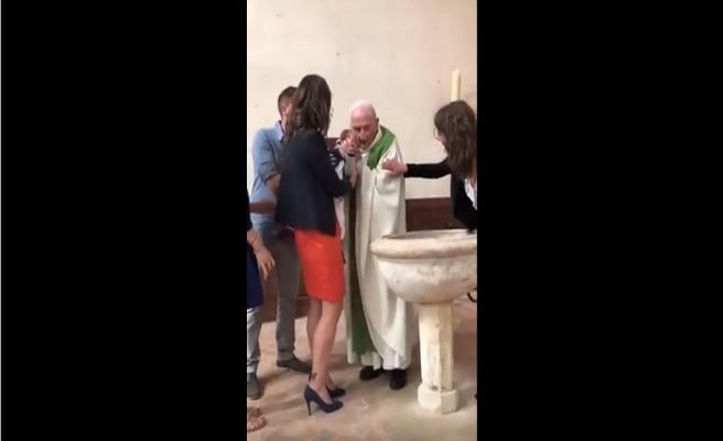 Un cura pierde el control y le pega a un bebé que llora en su bautizo