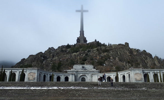 """El Gobierno hará """"con mucho respeto a la dignidad humana"""" el traslado de los restos de Franco"""