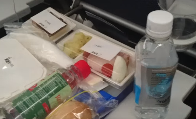 Dos pilotos suspendidos por pelearse por una bandeja de comida durante un vuelo