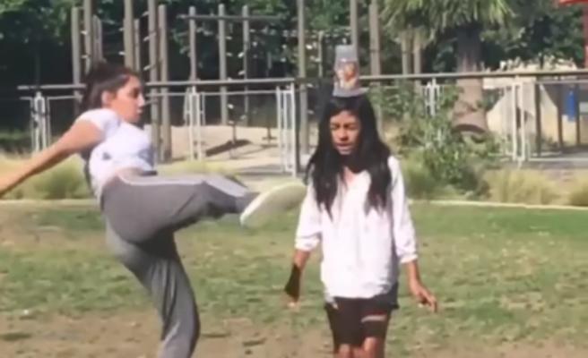 Una chica le patea la cabeza a su hermana al intentar un reto viral