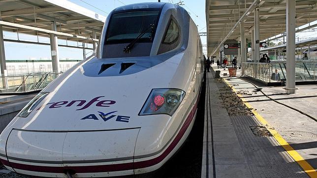 Renfe ofrece 320.000 billetes de AVE para viajar en agosto con rebajas del 70%