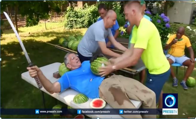 Un hombre bate un récord Guinness cortando 26 sandias sobre su vientre con una katana