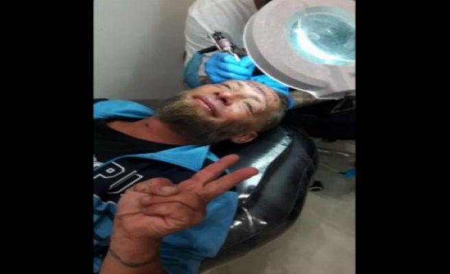 Unos turistas pagan a un vagabundo en Benidorm para que se tatúe el nombre de uno de ellos en la frente