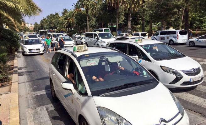 Fomento se reúne con las asociaciones del taxi