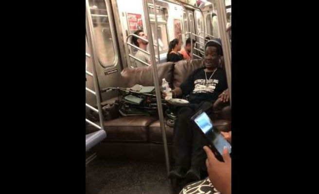 Graban a un hombre que viajaba en el metro sentado en su propio sillón