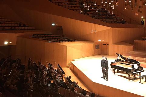 Leonel Morales y Leo de María transportaron anoche al público, desde la Sala Mozart del Auditorio de Zaragoza, a ese lugar ideal en el que fluyen las emociones a través de un magistral concierto