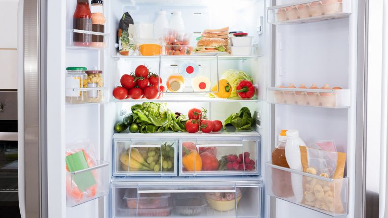 Así debes colocar los alimentos en la nevera para que te aguanten más