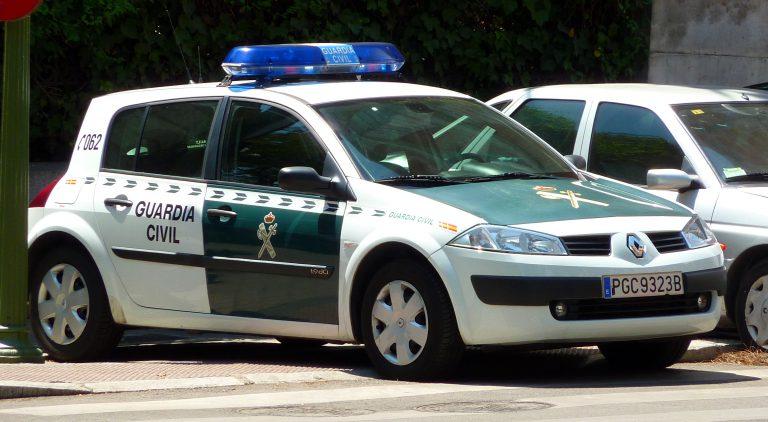 Liberan a una joven maniatada y a un hombre herido del interior de un coche robado