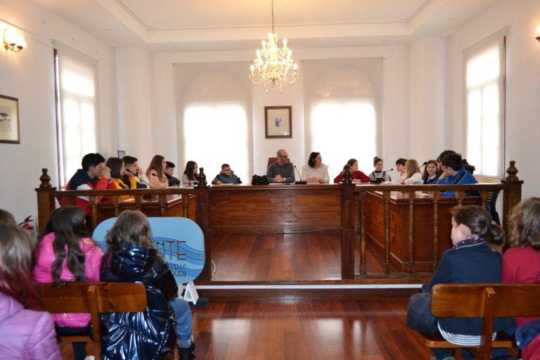 Escolares de Bueu protagonizan un Pleno sobre la Igualdad