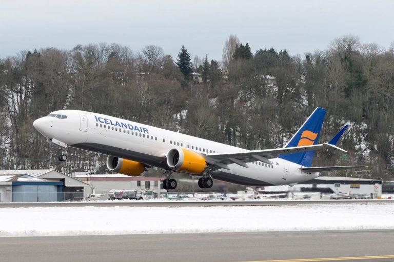 El piloto del Boeing estrellado en Indonesia buscó una solución en el manual mientras caía
