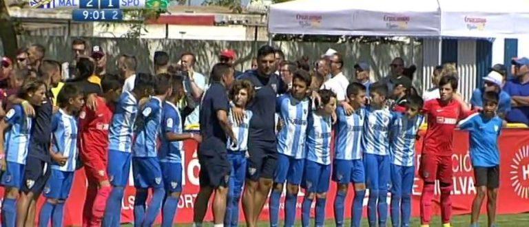 Increíble lección de los niños del Málaga: paran el partido y dan la espalda a sus padres que se peleaban en la grada
