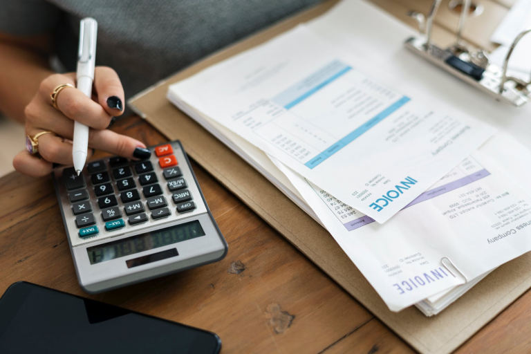 El cobro anticipado de facturas permite disminuir las deudas a corto plazo de una empresa