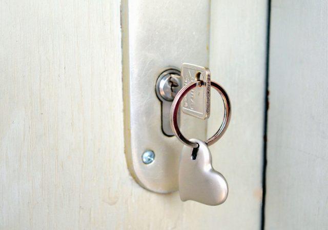 Como abrir una puerta con las llaves puestas por dentro