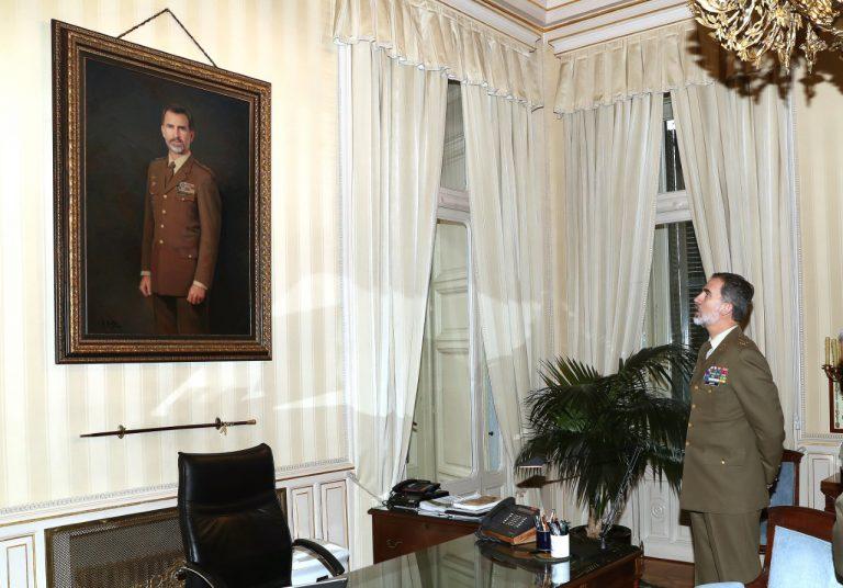 Felipe VI admira en vivo su retrato, realizado por el pintor Antonio  Montiel